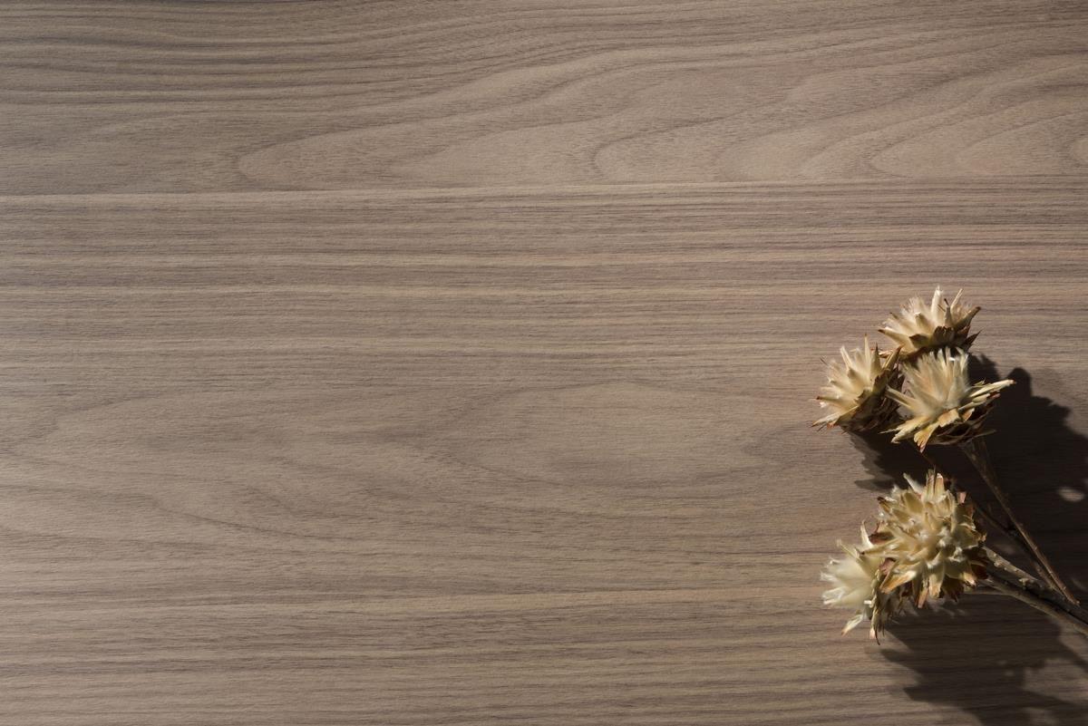 逼真的木紋質調與黃色底調相互搭配,帶出溫潤氣氛,紋路細緻輕淺的表現,達到完美的平衡感,使人感到無比放鬆。