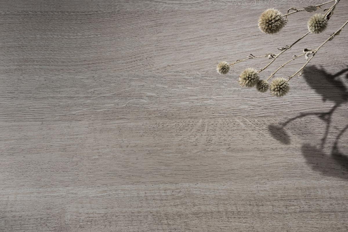 淺褐色調鋪敘木質細緻紋理,調和出溫和氣息,自然紋理化身為獨特面貌,注入質樸原始的況味,營造出別樣的溫潤風情。