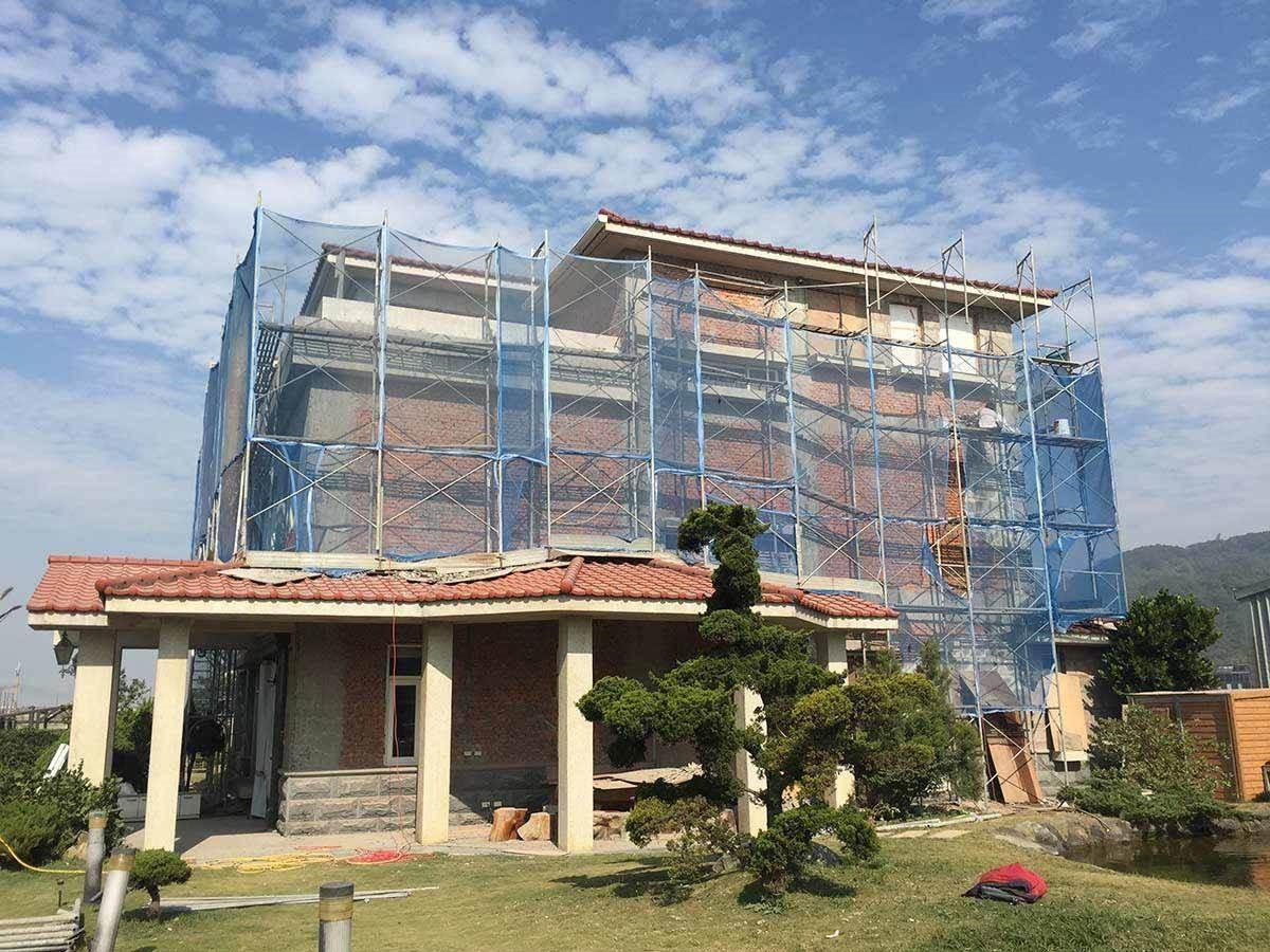 迎風面的外牆將所有產生中性化的水泥層全數敲除,然後再以水泥砂漿添加特殊保濕抗裂劑,以打造建物平整的新基面。