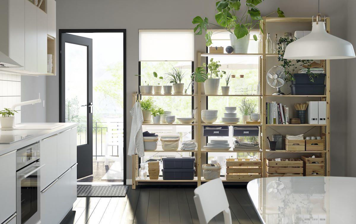 IVAR經過了50年仍然是家中收納的好幫手,小至客廳增加雜誌收納空間,或是在廚房和陽台增加大型物品擺放空間。圖片提供_IKEA