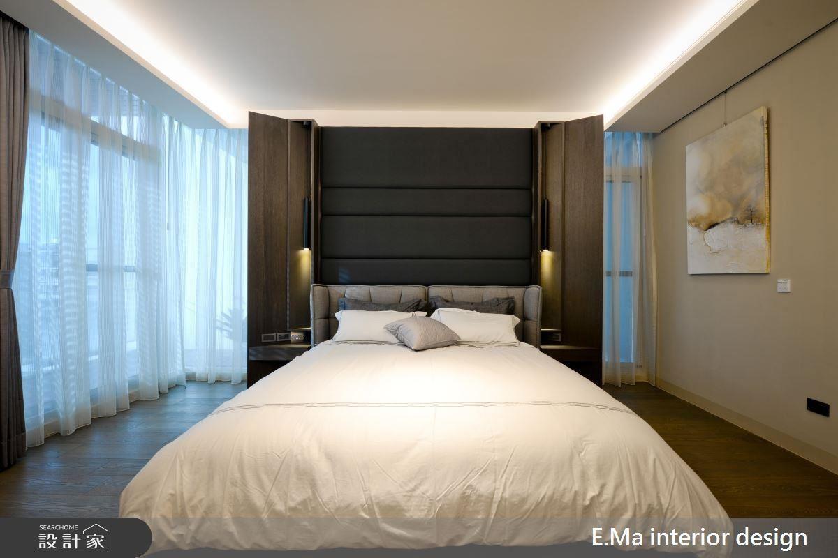 主臥床頭立面兩側彷彿羽翼展翅般,使後方窗面光線能被牽引入室,解決開窗不足的情形。