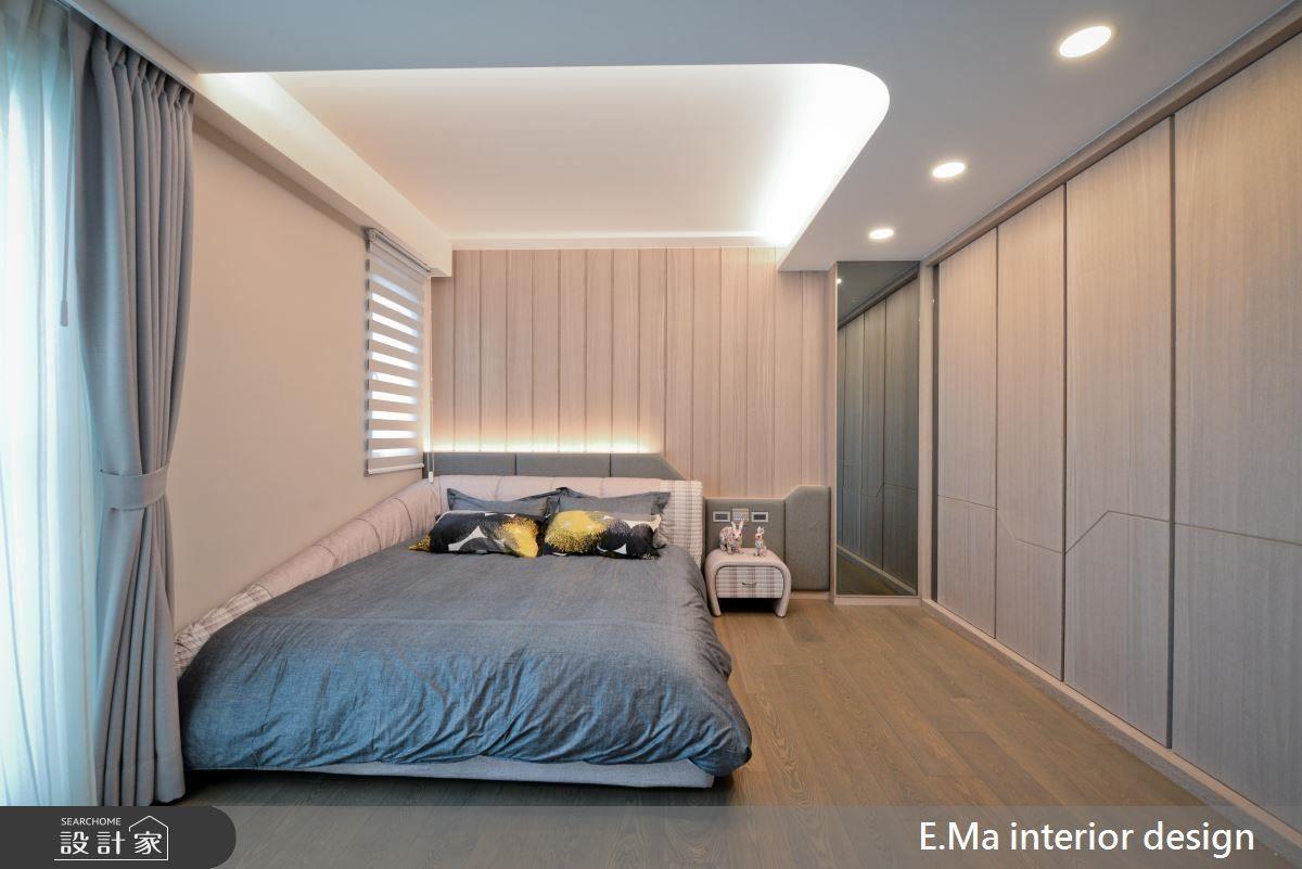 小孩房以淺色、木紋線條賦予空間溫潤明亮的自在感受,並於天花挖空放上燈帶讓空間現代感隨著弧型穿梭其中。