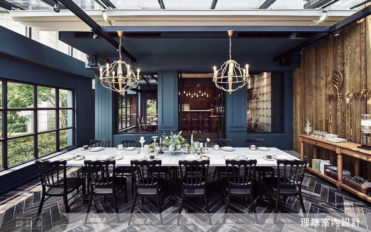 以多元素材拼搭巧妙融合光線及窗景綠意,品味咖啡同時沉浸在異國的時代感。