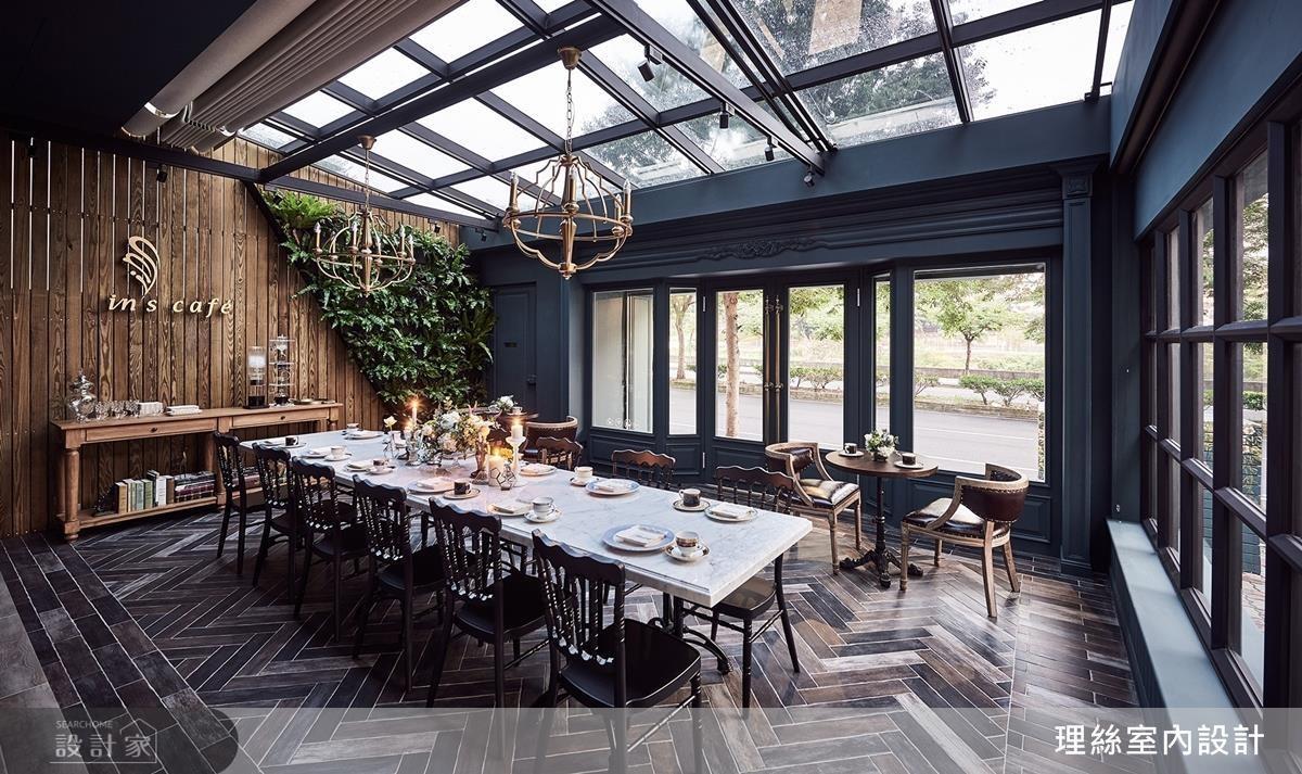 外場空間以玻璃、鐵窗框帶入戶外光線,與桌面、地面、牆面互動產生有趣的光影變化。在金色古典吊燈的照耀下,用餐更顯浪漫愜意。