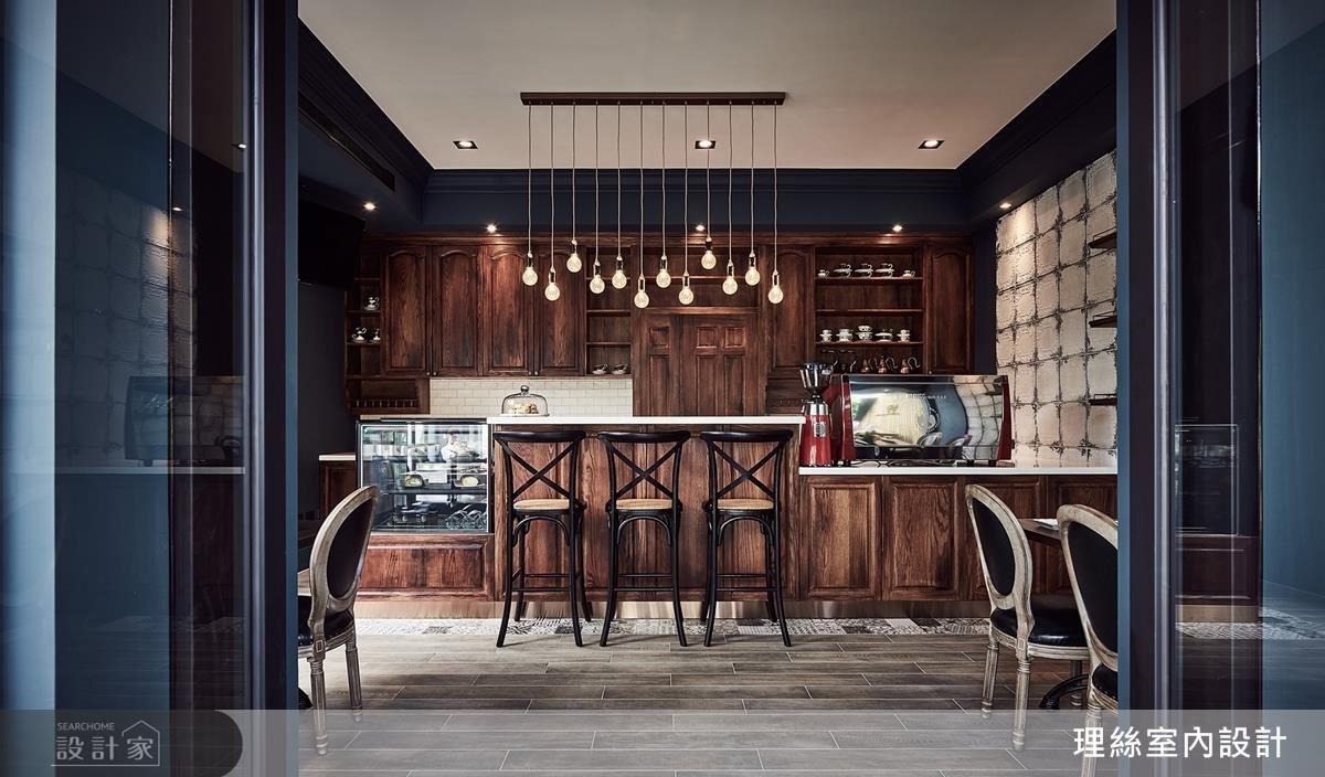 內場櫃體使用深色仿橡木質感鋪陳,更以壓紋仿舊的進口錫板修飾牆面,完美體現法式懷舊時代感。