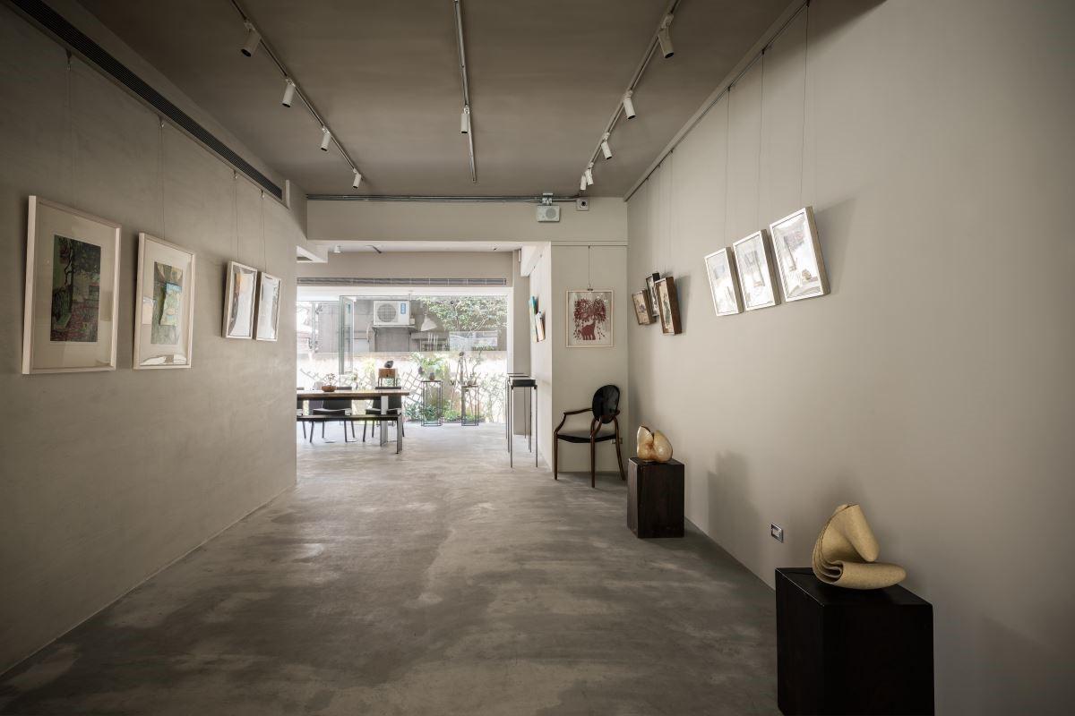 一改老屋的封閉制式,以空間視覺穿透性出發,使前後院的綠意窗景在陽光的揮灑下前後呼應,並循環延伸出展示空間的空曠舒適,完美陳列出藝術創作的自由無拘,也使欣賞者更貼近藝術語彙。
