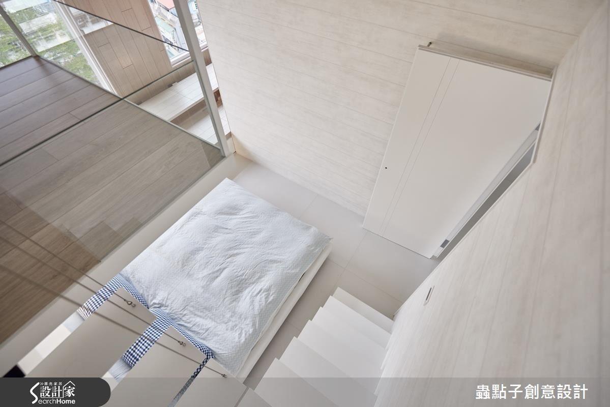 小孩房上緣打造樹屋一般的祕密基地,將白色鐵板嵌入牆內並輔以鋼索支撐,使樓梯輕巧得彷彿懸浮於空中。