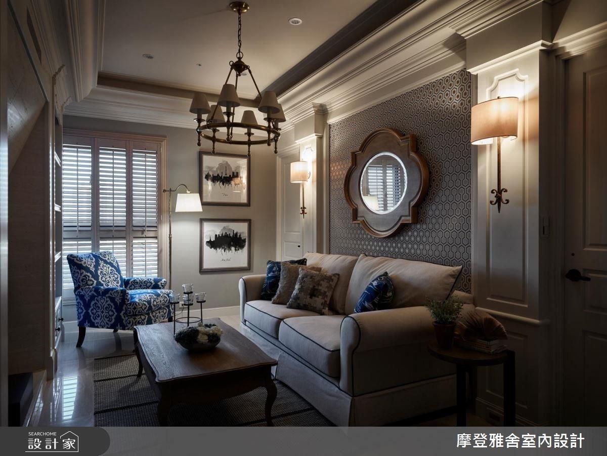 沙發背牆以現代幾何圖形壁紙,圍塑時尚美式風情。