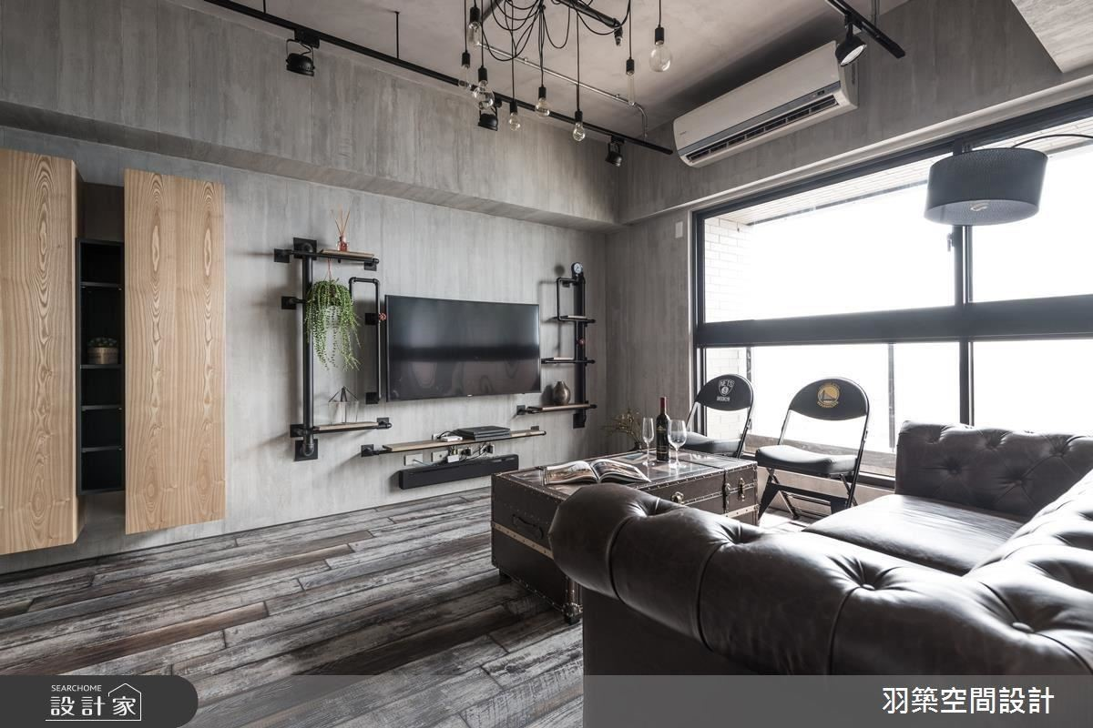 電視旁兩側以造型水管,呼應天花板管線設計,讓屋內圍繞著輕工業風的主題,加上簡易線條勾勒,豐富空間層次。
