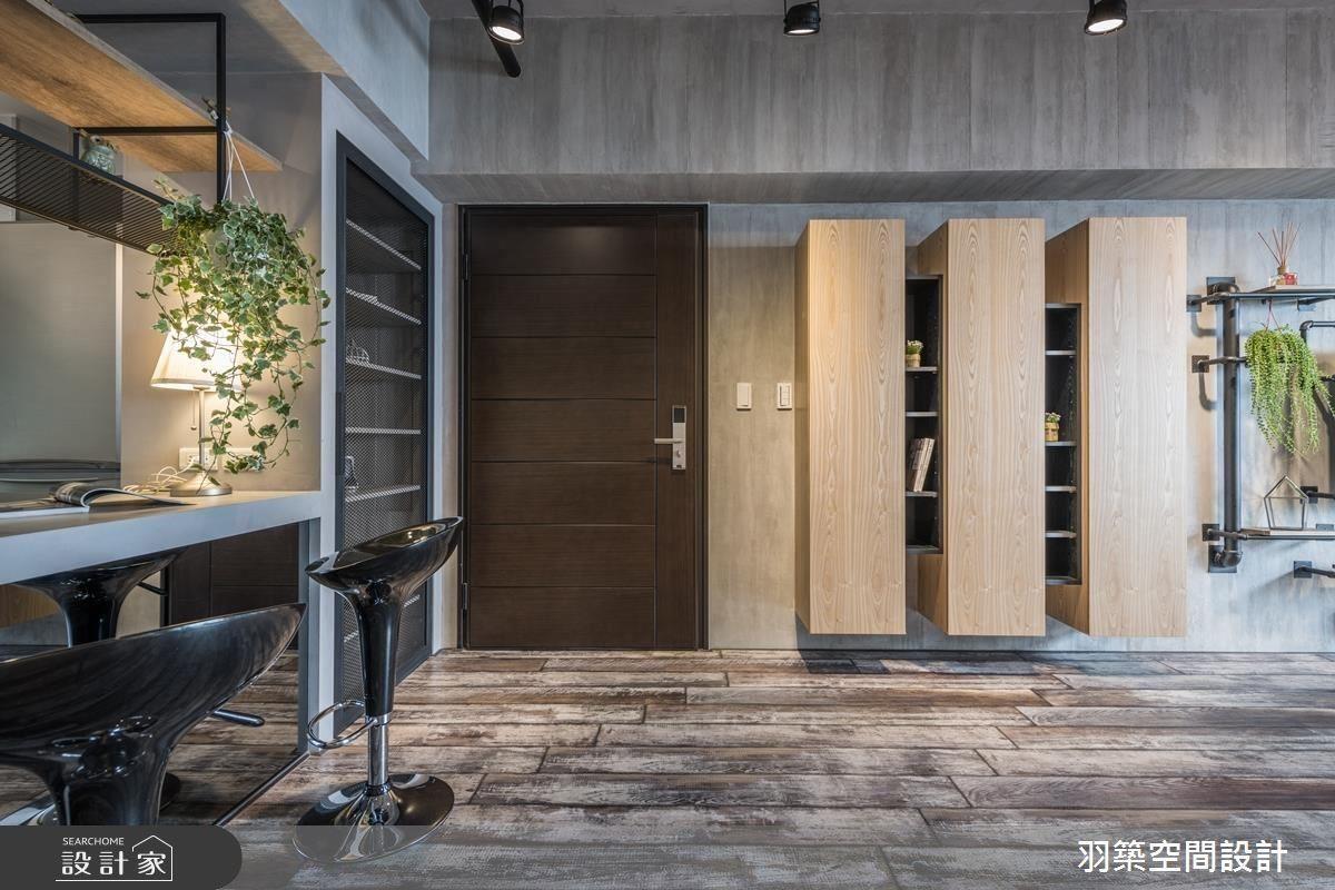 適度溫潤木質櫃體點綴,搭配深褐木地板,平衡冷冽工業調性,增添家的溫度。