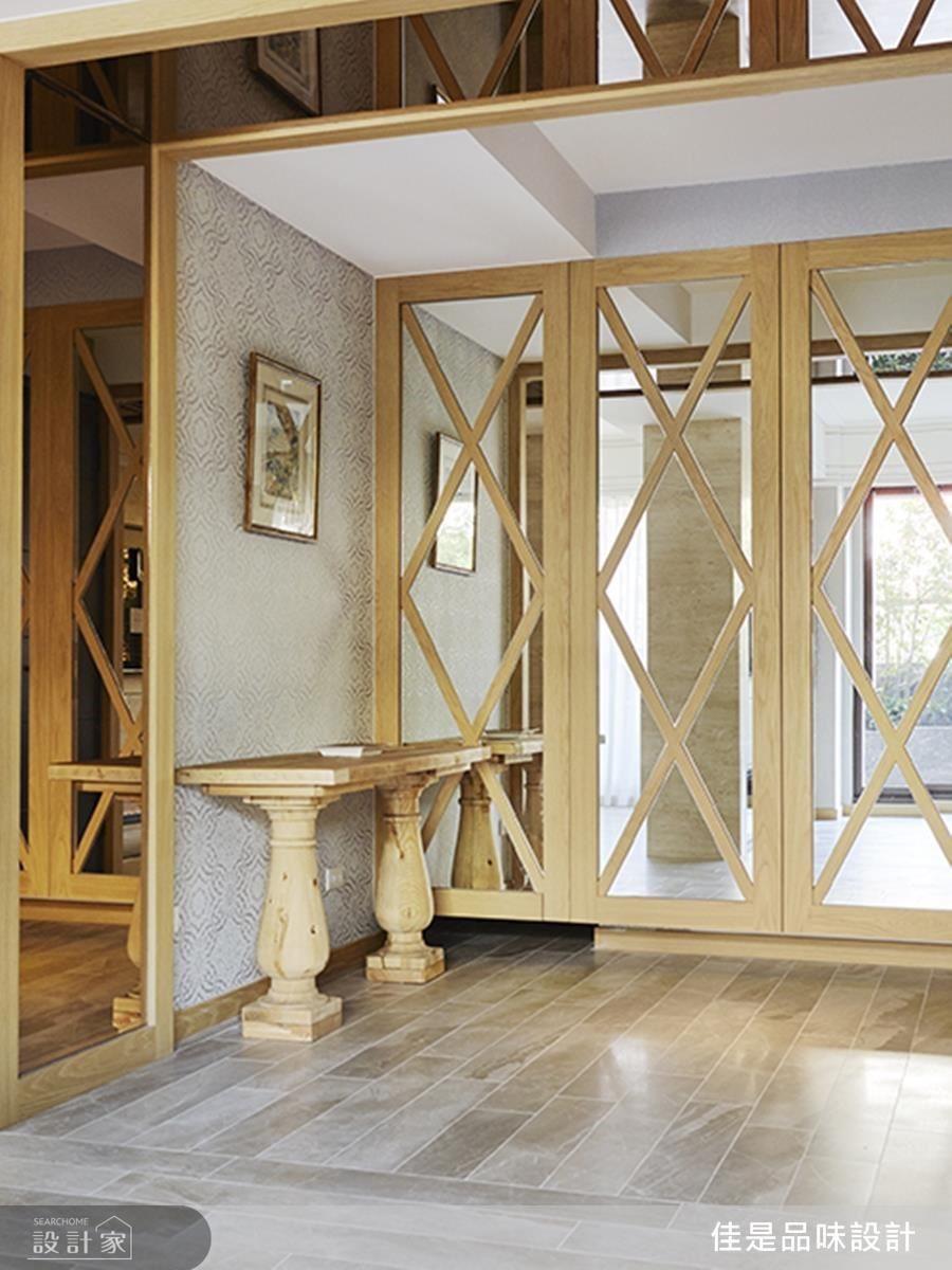 玄關鏡面以格紋造型延伸空間風格,格外別出心裁。