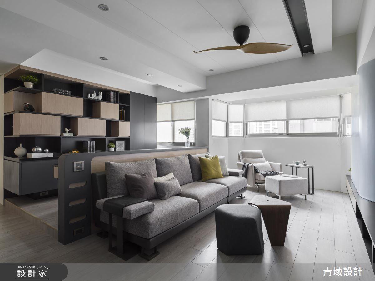 葉片吊扇回應曲面電視牆,同時圓弧沙發背牆界定客廳與書房場域,開放式空間讓書牆成為客廳展示端景。