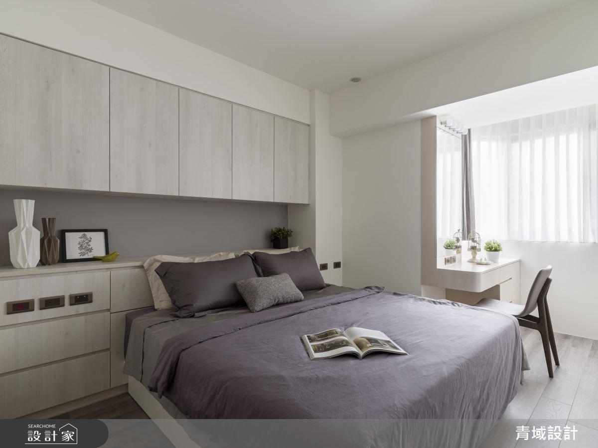主臥空間簡約明亮,淺色木質營造清爽柔雅氛圍,進而善用樑下空間,集結收納功能,達到舒適與機能曲線。