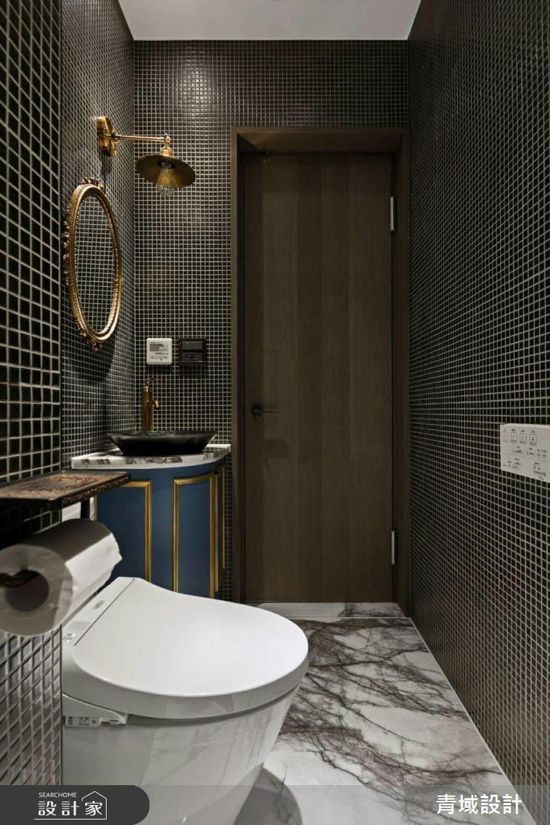 客廁擁有低調奢華的獨特感,金屬鏡面是女屋主珍藏,設計師運用手繪盆與藍色櫃體,引領創新豐富的視覺饗宴。
