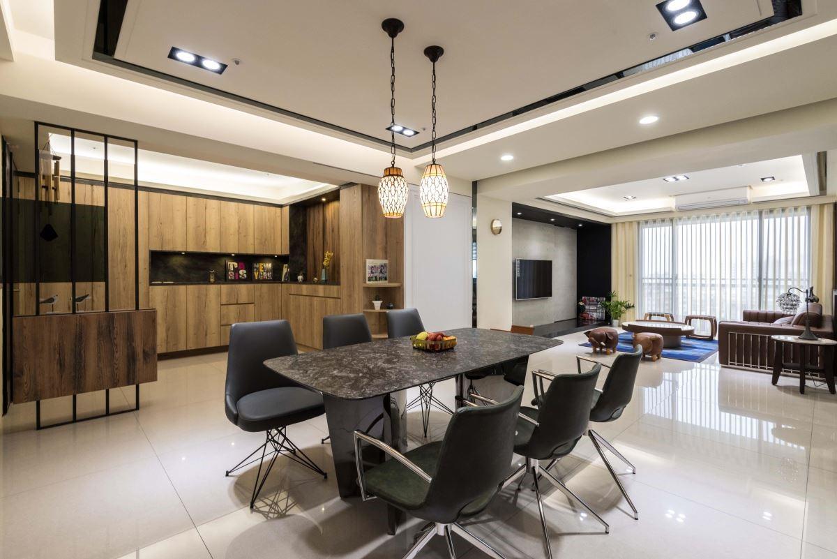 擁有仿真木紋與色澤的系統櫃,搭配鏡面、石材,打造具質感的現代居家。