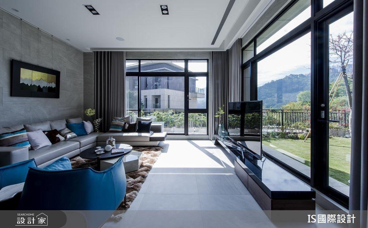 打開落地窗引景入室,陽光灑進屋內,搭佐天藍色座椅,讓室內與室外相互回應。