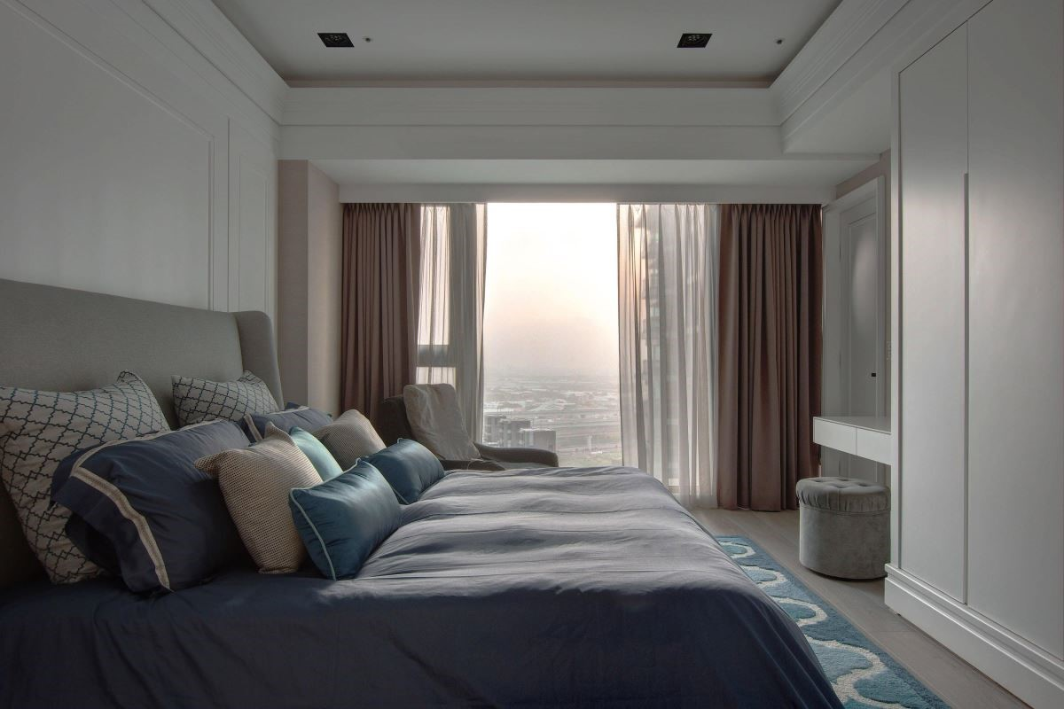 掌握戶外窗景、放淡臥房色彩,營造舒適靜謐睡眠空間。