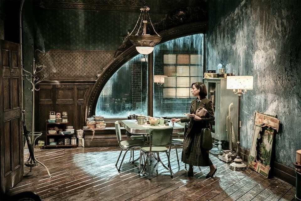 女主角伊莉莎的家,泛著青藍色的光,加上斑剝的牆面,就像一直浸在水中。圖片來源:vanityfair