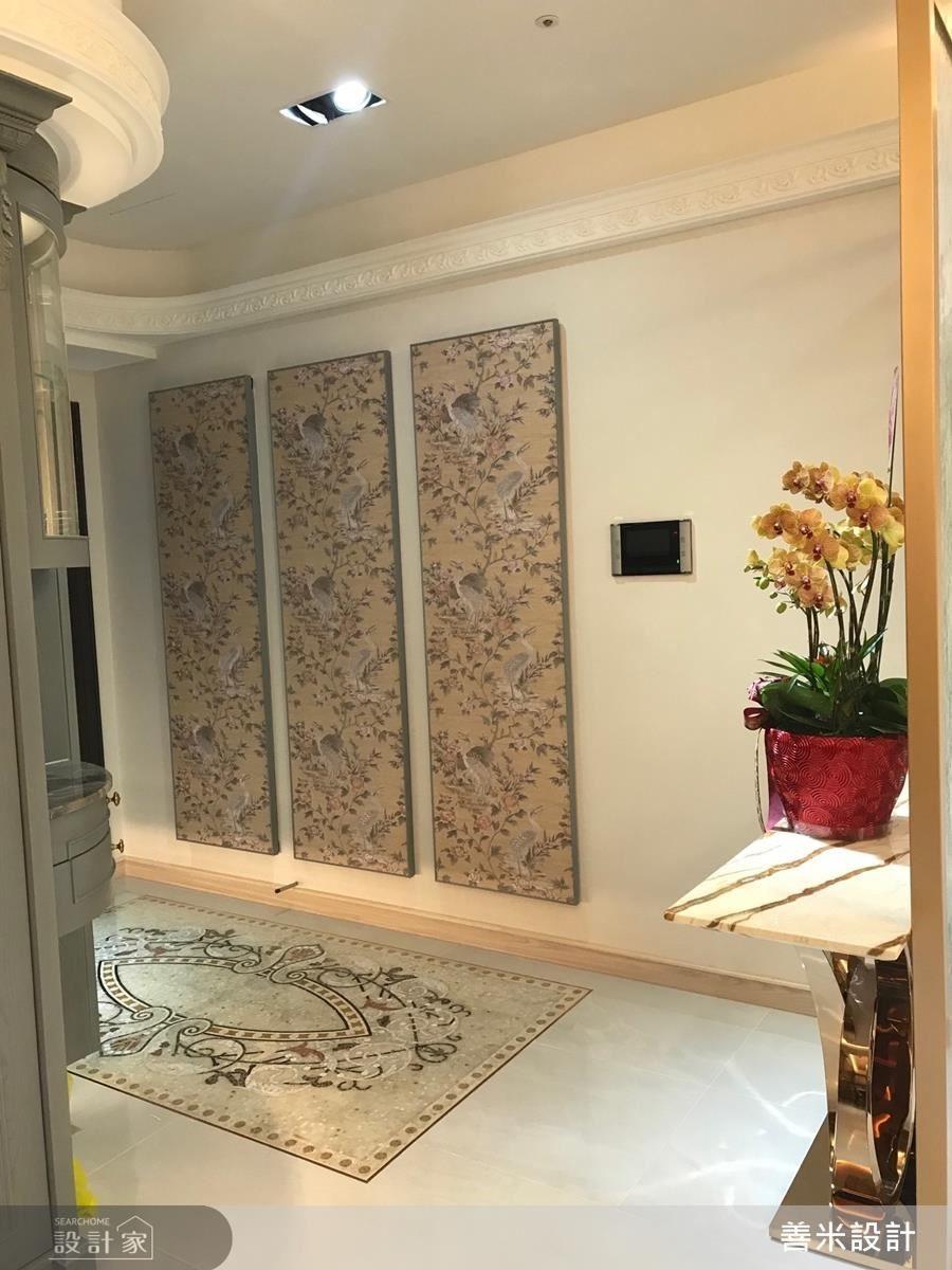 進門玄關在馬賽克圖騰與三幅古典花紋畫框的鋪設下,既氣派又討喜。