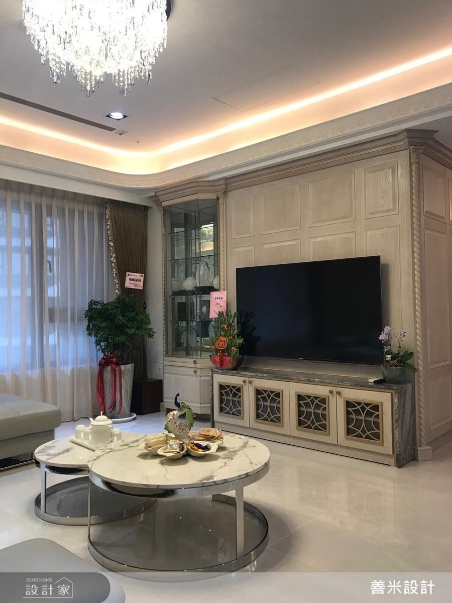 客廳電視櫃以大理石與金屬飾條的交織手法創造絕佳視覺造型,一旁透明展示櫃還可陳列屋主的精緻收藏,精確掌握機能美感。