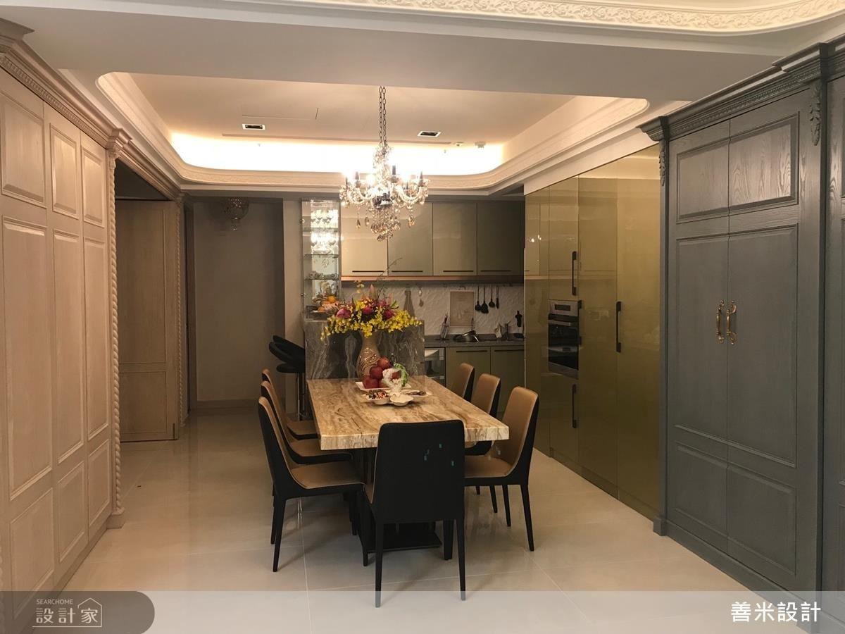 餐廳以古銅金門片、白玉石餐桌及吧檯營造空間層次感,是屋主一家連繫感情的最佳場所。