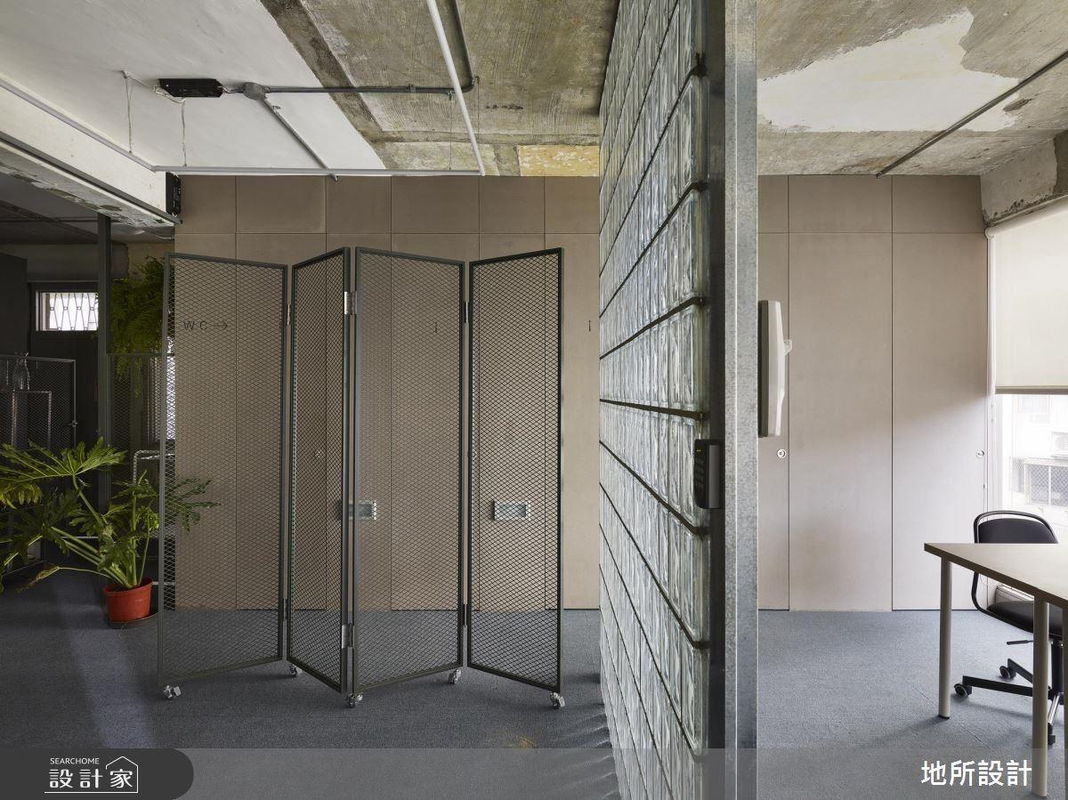 為了讓公共空間也能擁有良好採光,運用玻璃磚讓光線直接從辦公室穿透進來,不因空間限制而被阻擋,並且內外公廁門面牆展現空間一致性。