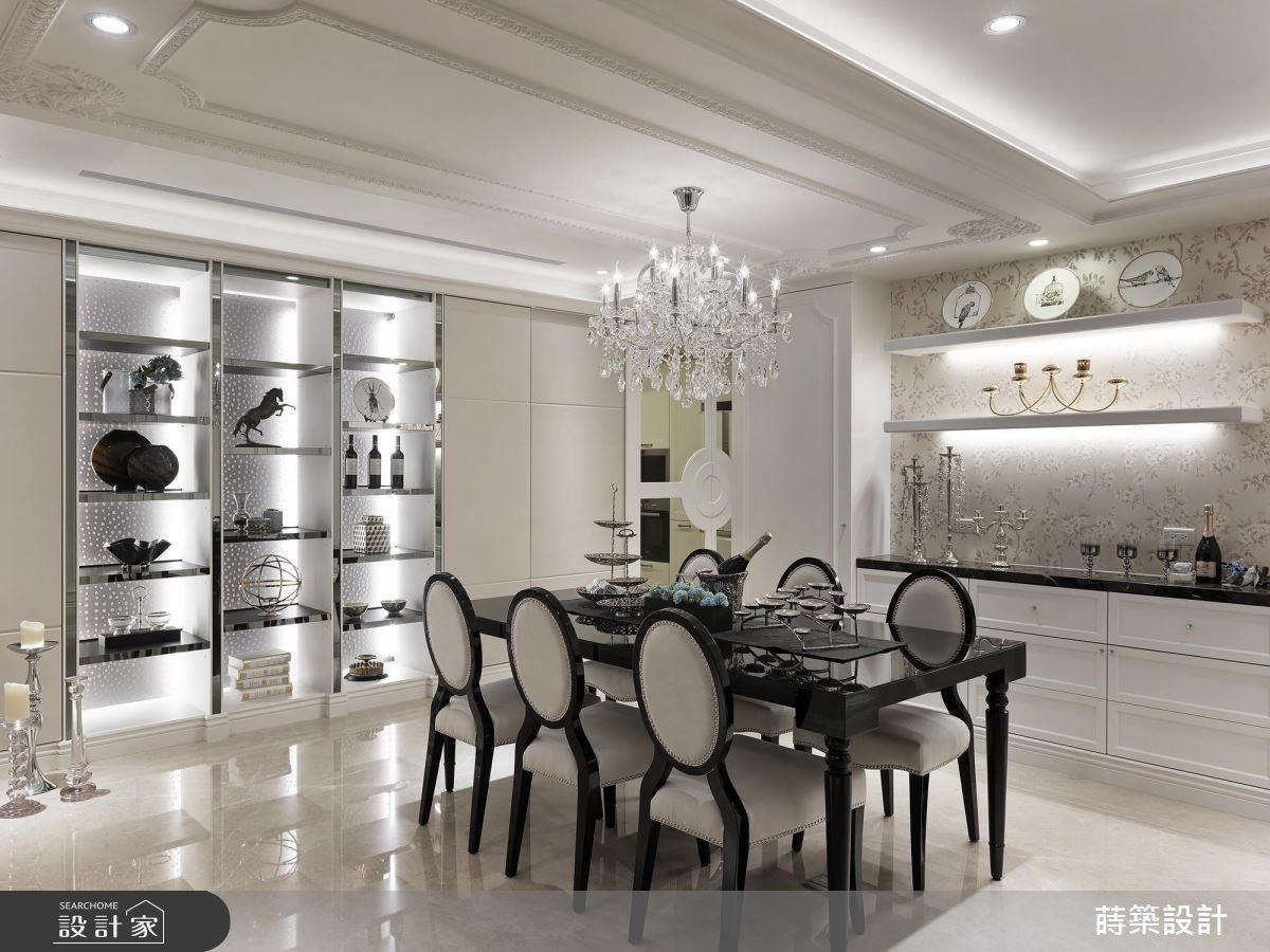 餐廳中精品般的展示櫃體,在燈光映照下,閃耀著高貴質地。