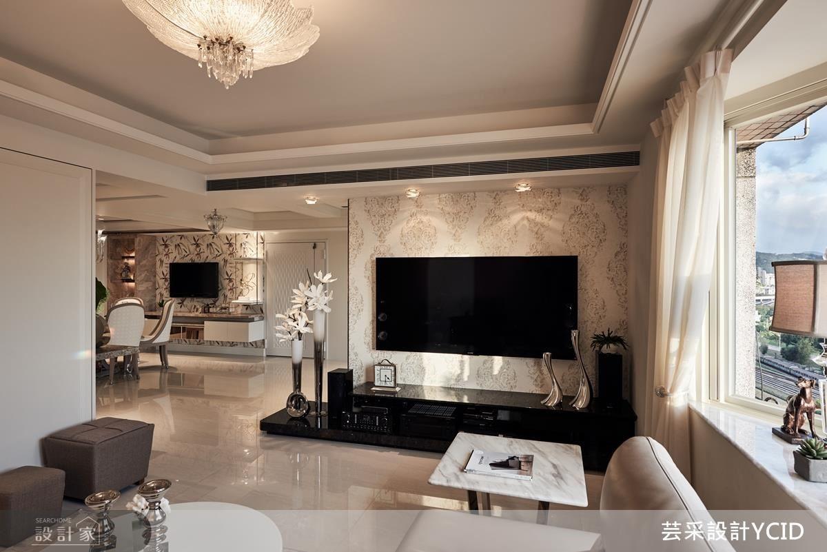 客廳沙發視角正是廊道,刻意讓電視牆留下空間,讓視野更穿透性。