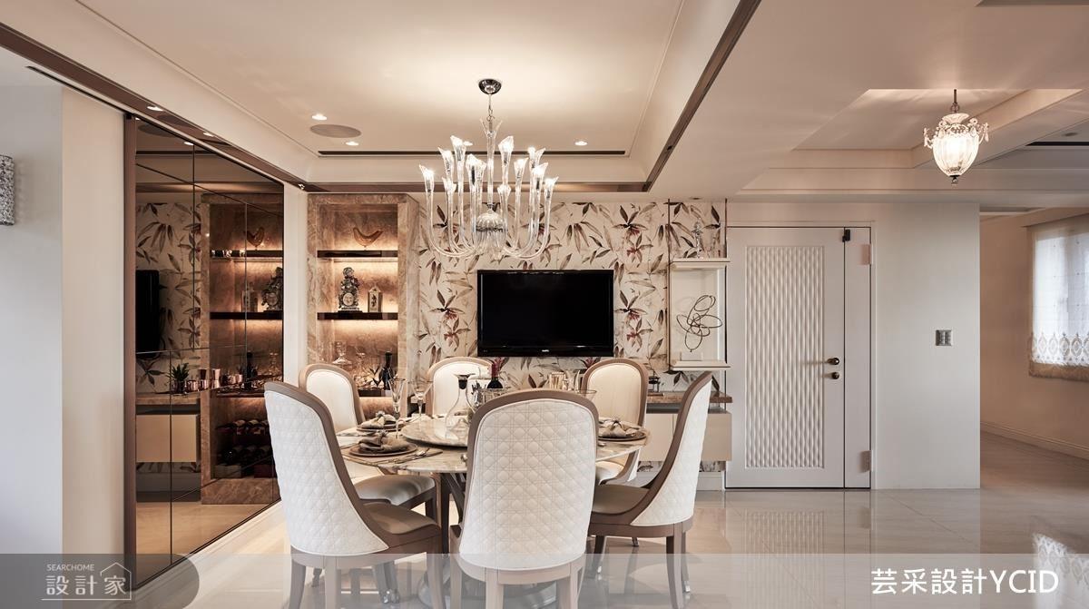 把大門旁的隔間牆打掉後,使得空間放大,因應屋主需求,運用壁面結合展示櫃,增加機能性,鍍鈦玫瑰金的採用以及壁紙花色加強空間視覺,讓餐廳更為活潑。