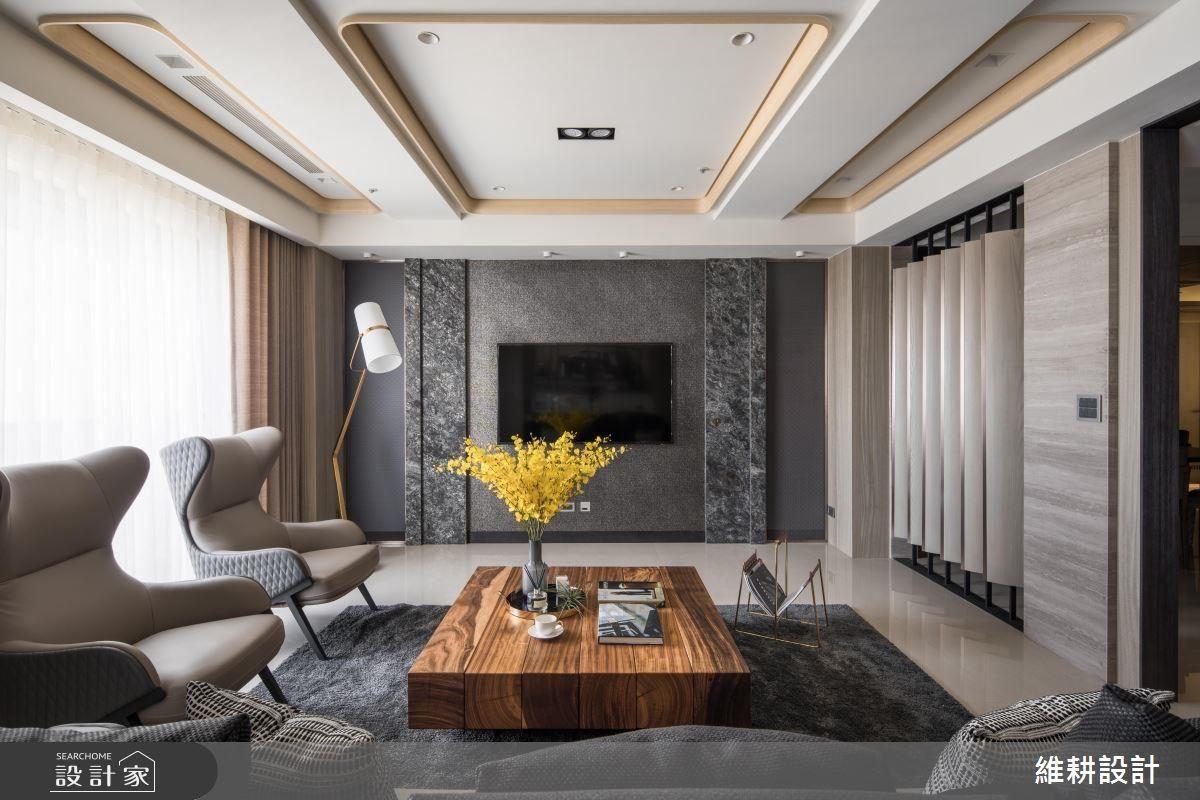 客厅上方掩饰过梁的格状造型,反而成为延伸空间景深的设计,白与木的