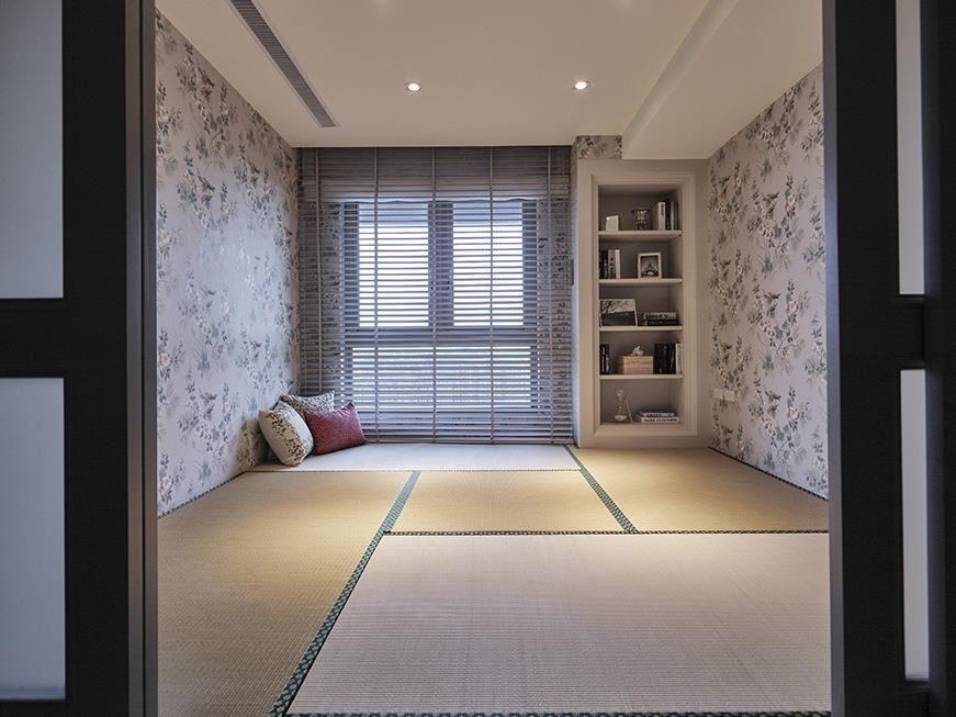 和室空間在壁紙獨特花卉的渲染下,同時具有日式、西式雙重面貌,使空間整體和諧一致,是屋主與親戚朋友連繫情誼的最佳場所。