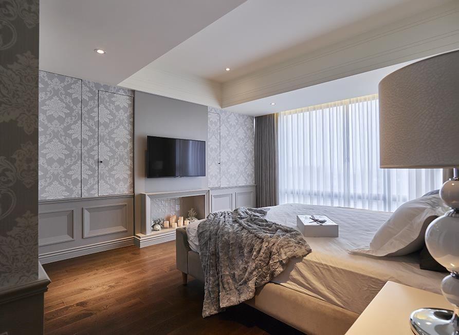 主臥空間延續藕灰色調的沉穩,藉線板造型堆疊牆面層次,下方更以國外壁爐造景,替休憩空間增添不少浪漫情趣。