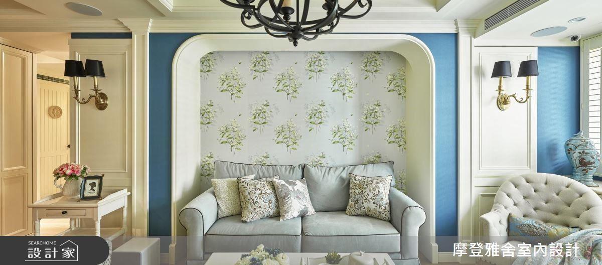 沙發背牆以淡雅花卉壁紙點綴,營造柔美優雅氣質。