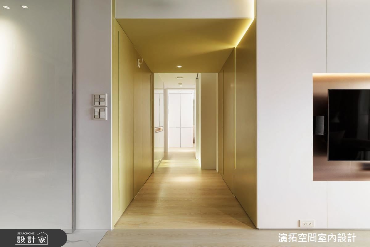 廊道中引入無障礙緩坡設計,以合乎公共設施規範的走道寬度、搭配扶手照明,為長輩營造友善體貼居家環境。
