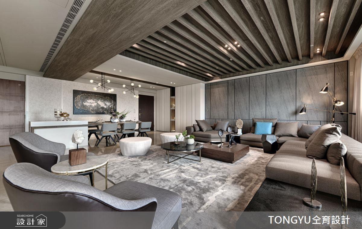 客廳木頭天花設計宛如海邊棚架,地毯的線條紋理彷彿海潮起伏、海浪波動,營造海邊度假休閒感。