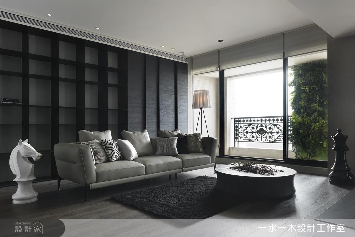 大面俐落鐵件書牆,讓居家回歸簡樸與單純,一旁窗檯植栽牆,為空間帶來綠意妝點,彷彿島嶼上的自然景觀。
