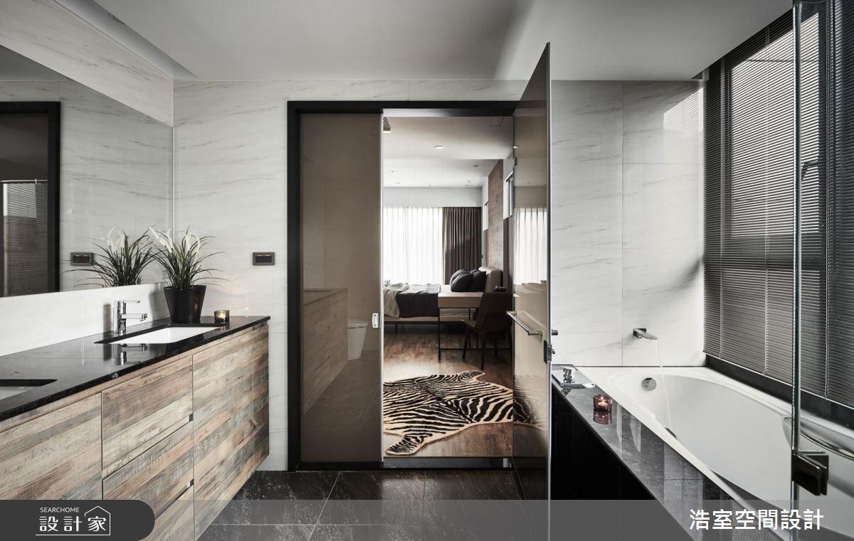 主浴則在光線、石材、磁磚與斑駁木紋的呼應下共築起飯店般的明淨舒適。