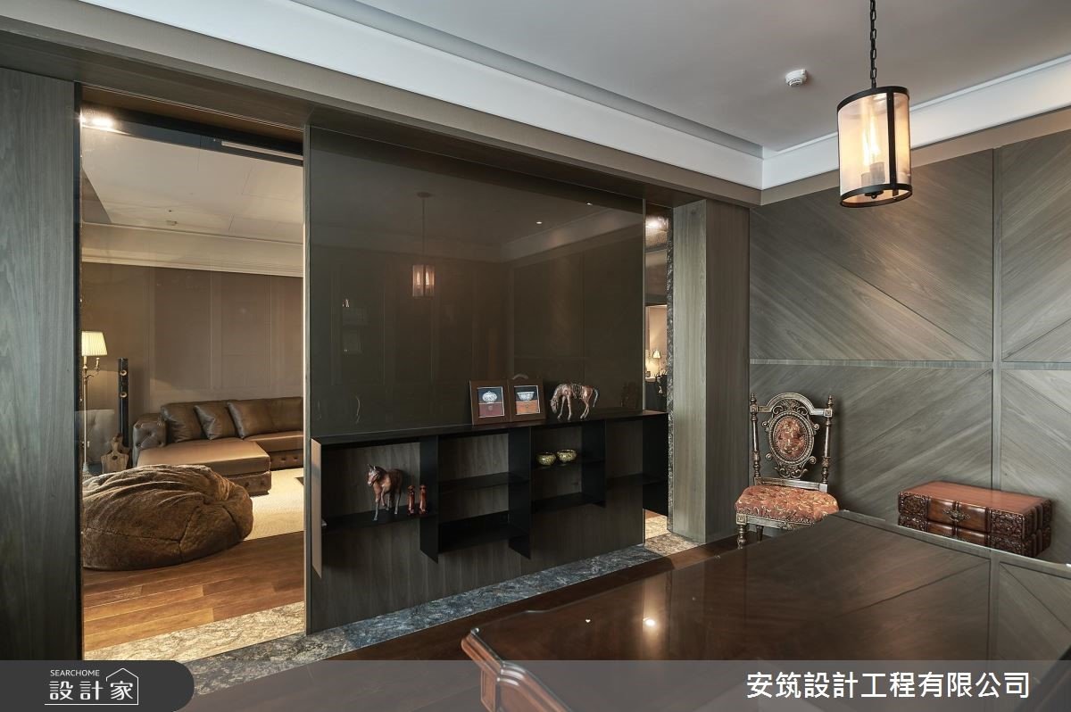 通透玻璃點綴,為書房與客廳帶來穿透連結。