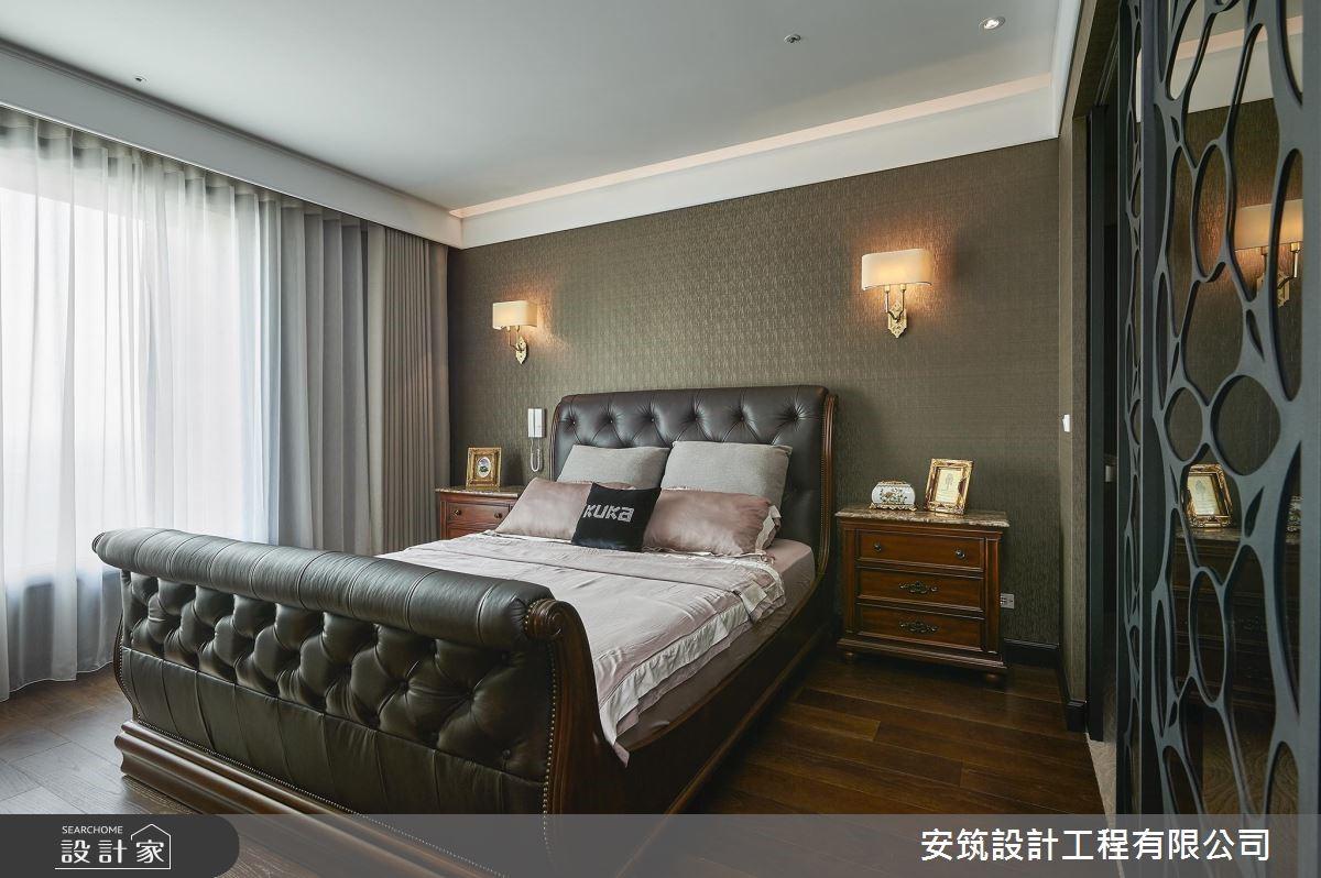 主臥中,以雪橇造型床組與皮革背板、典雅沉穩壁紙相襯,傳遞出國外古堡氛圍。
