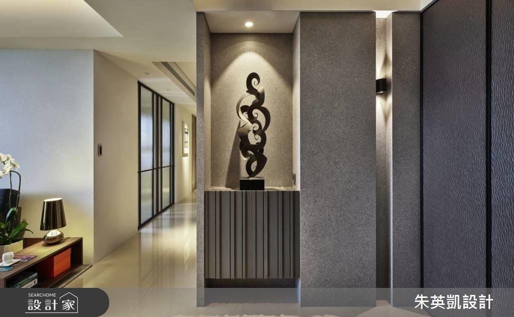 玄關端景牆在燈光與軟件的搭佐下,孕育出現代東方底蘊,右側溝縫營造層次感,同時結合收納櫃,兼具設計美學與生活機能。