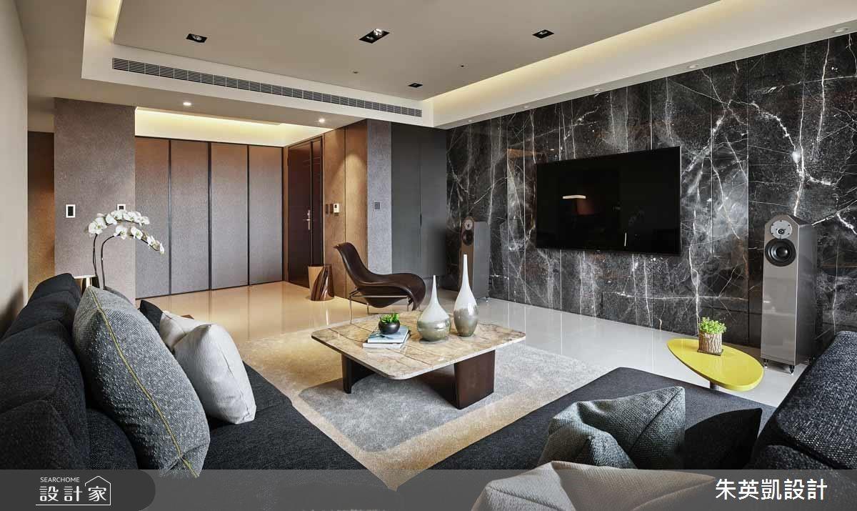電視牆大膽採用深色聖寶灰石材呈現,藉由石材面的金線做垂直對花,促使電視牆擁有立體線性變化。