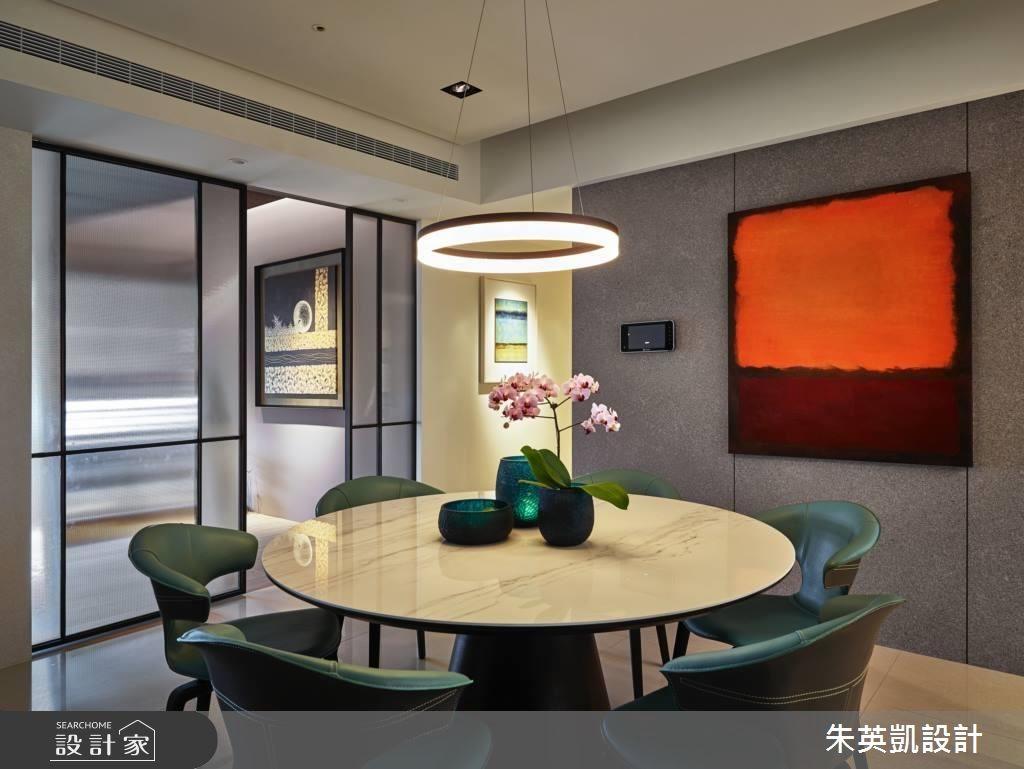 由於餐廳位置導致光線不足,設計師便利用多功能室玻璃拉門,將光線引入,恢復餐廳明亮面容。