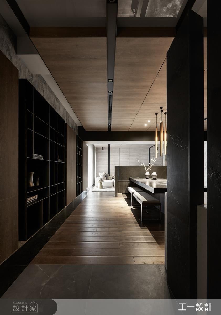 入門玄關左側,以懸空鐵件展示櫃與木作相互交錯,展現虛實的穿插。