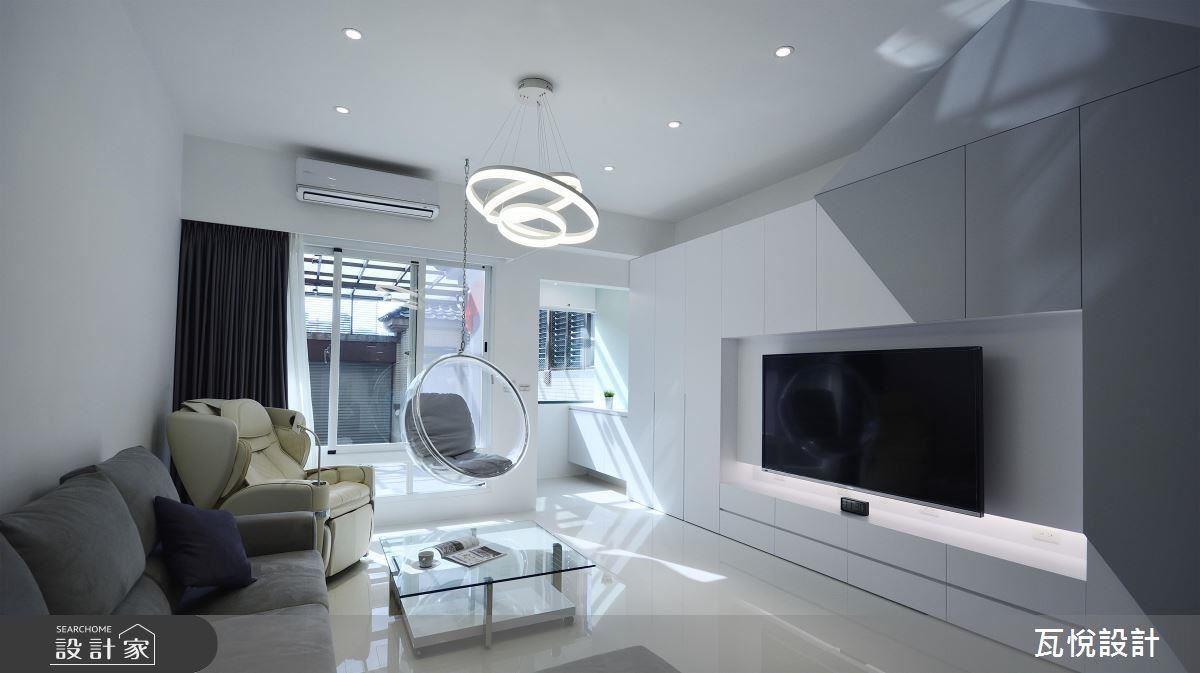 打掉玄關隔屏,引光入室,電視牆白灰色階營造空間質感,同時兼具收納機能。