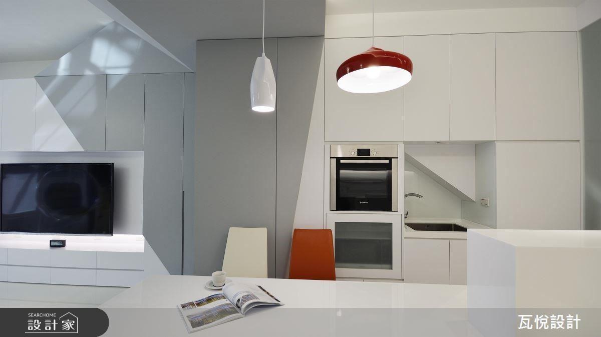 設計師巧妙運用櫃體包覆樓梯造型,並且善用樓梯下畸零空間,形成室內儲物間。