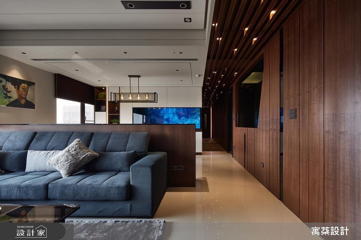 廊道以格柵天花、繁星燈光綴飾居家浪漫,並統一以深木色調鋪陳綿延走廊空間。