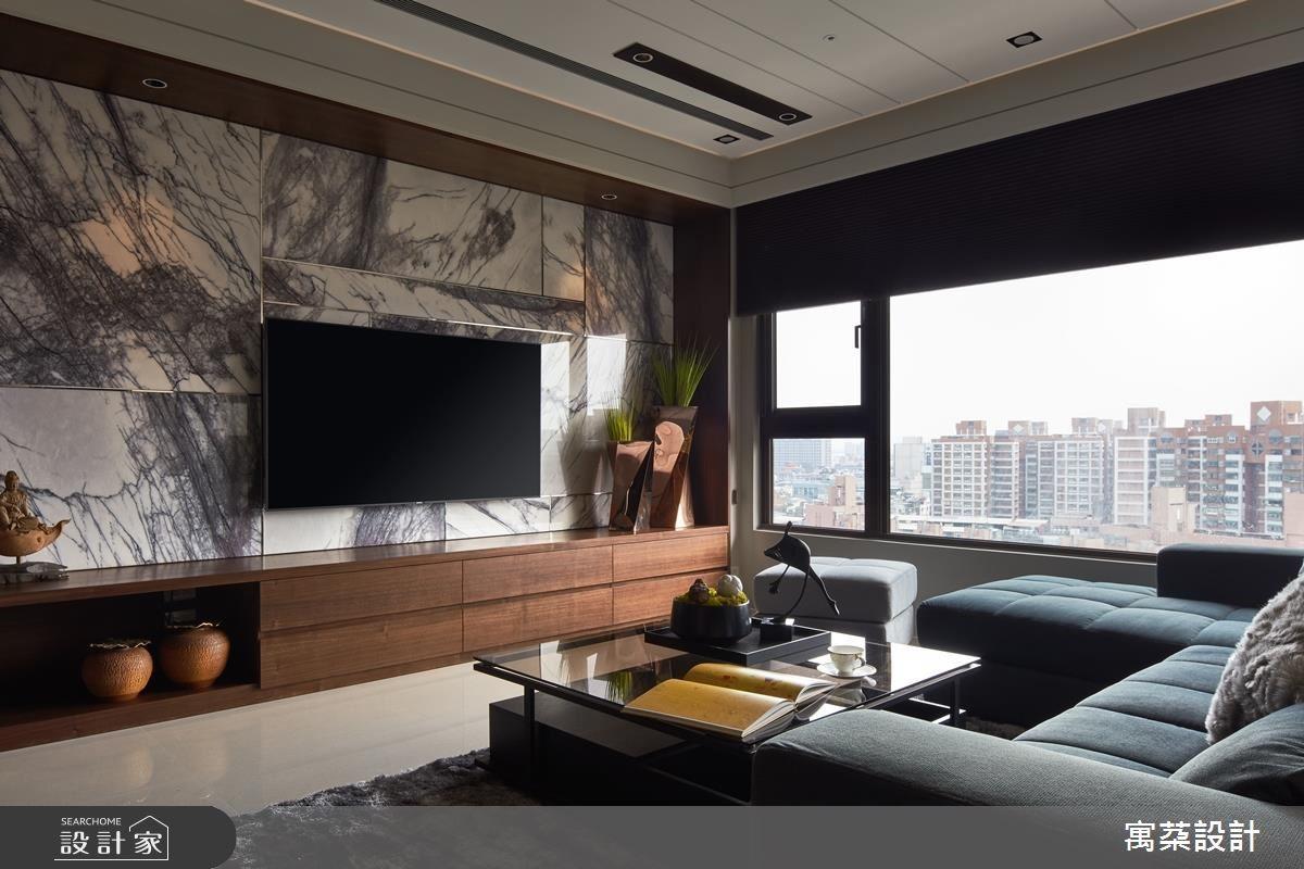 客廳以石材鋪陳顯現磅礡大器感,並鑲嵌金屬飾條精緻視覺感受。
