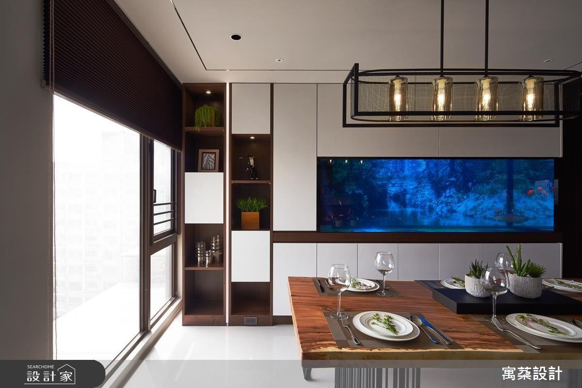 開放餐廳以備餐櫃巧妙劃分,並利用白色面板鋪設凸顯水族箱魅力。