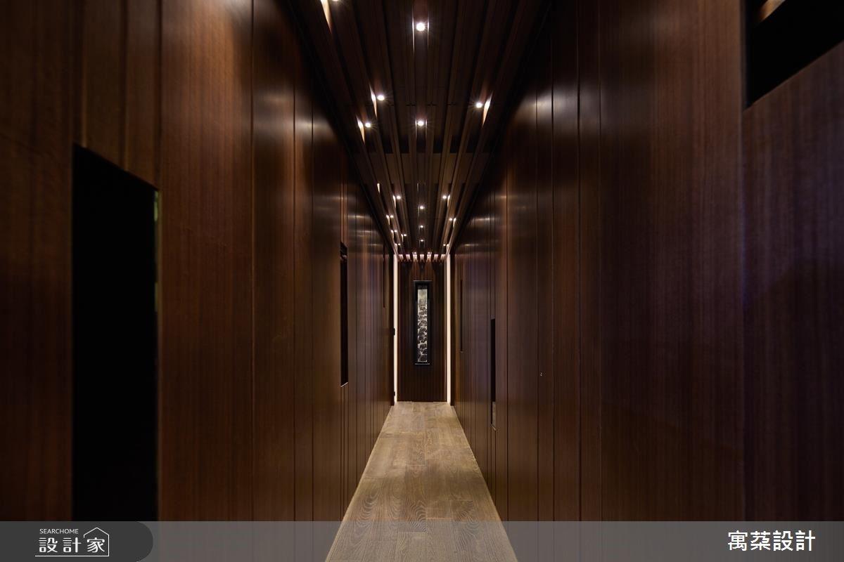 廊道底使用光帶勾勒端景邊框,成就視覺焦點。