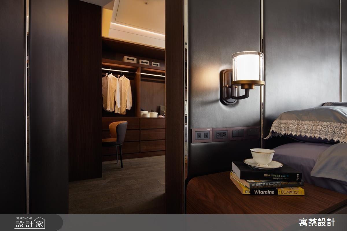 利用床頭牆後隱藏更衣空間,大幅提升主臥機能。